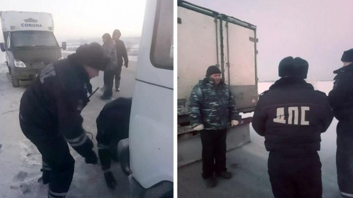Двух замерзающих на трассе тюменцев спас экипаж ДПС