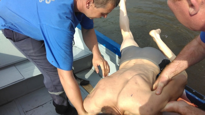 Повредившего ногу ныряльщика выручили спасатели