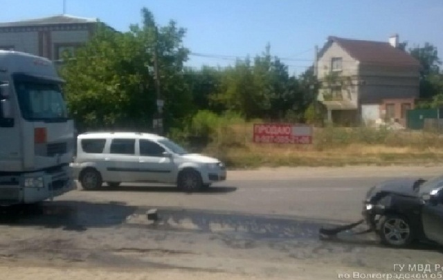 В Красноармейском районе Волгограда женщина-водитель на иномарке «влетела» в фуру