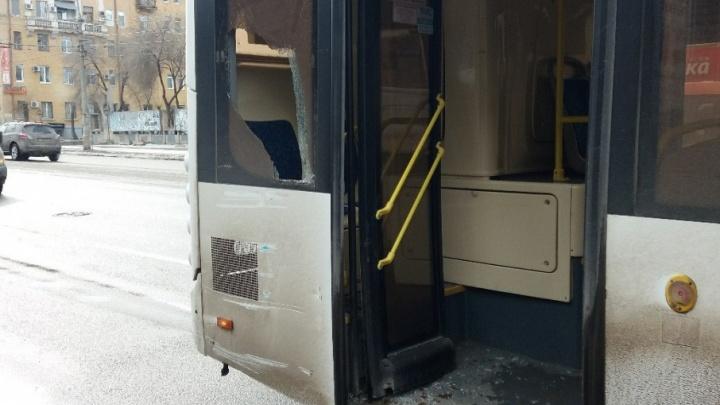 В центре Волгограда автобус «прищемил» троллейбус