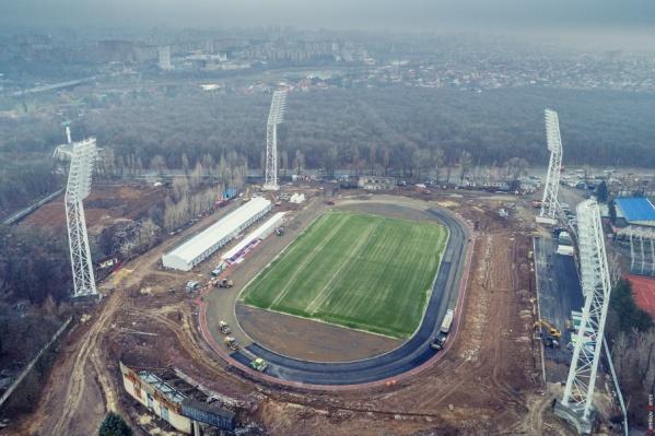 На обновленном стадионе появилось футбольное поле с подогревом