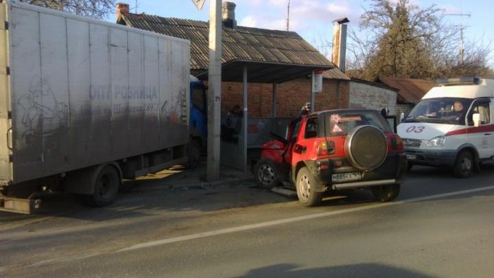В Ростове после ДТП две иномарки влетели в остановку