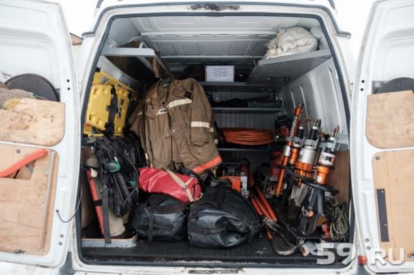Чтобы достать тело из воды, в Оханск приехали спасатели из Перми с огромным количеством оборудования