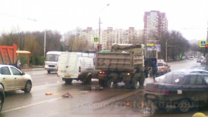 Переходила в неположенном месте: в Ростове женщина погибла под колесами грузовика