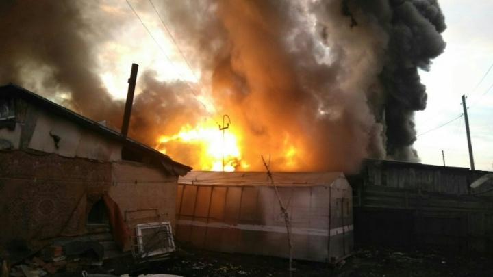 На Интернациональной пожарные спасли тюменца из горящего дома