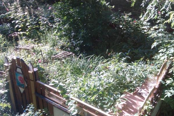 Ограждения будут защищать цветы и газоны
