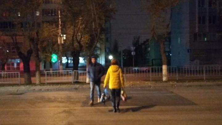 Волгоградцы разрушили мешающий им забор на пешеходном переходе в центре города