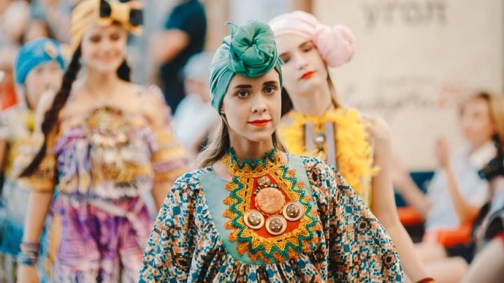 Футуристичные кокошники и модели-клоны: какими нарядами удивляли тюменцев на модном показе с Зайцевым