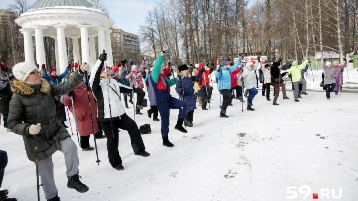 «Палки в руки и вперед»: пермяков научили скандинавской ходьбе на мастер-классе от Ирины Слуцкой