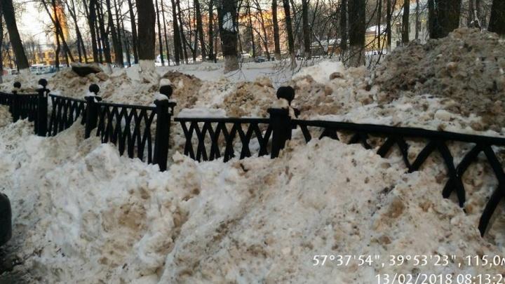 Чугунный забор на центральном бульваре сломало неубранным снегом
