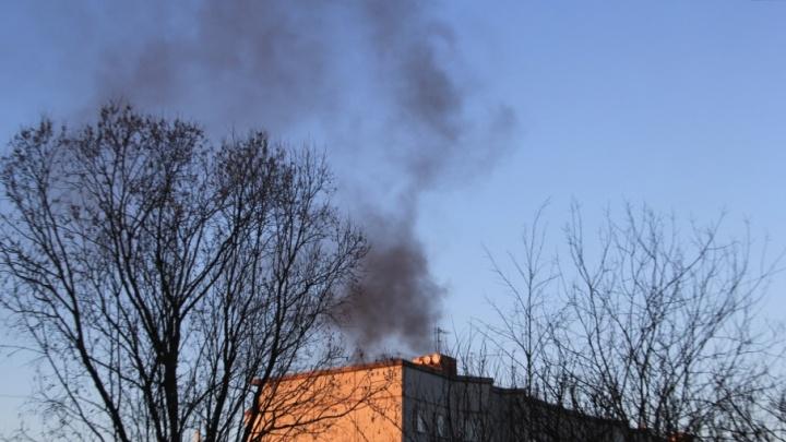 В Котласском районе из горящей квартиры эвакуировали семейную пару