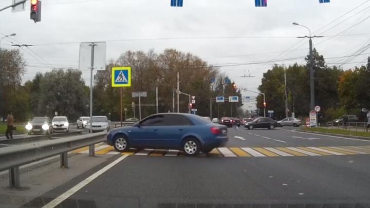 Наглый ярославец на синей иномарке притворился пешеходом