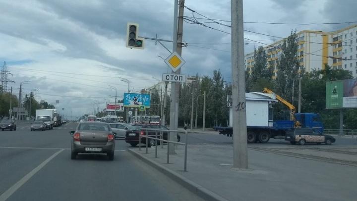 На улице Ново-Садовой в обе стороны встали трамваи