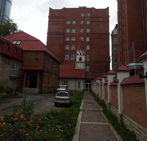 """Новое 7-этажное здание с денежным хранилищем находится рядом с католическим храмом Святой Анны. А слева виднеется часть небоскрёба """"Высоцкий""""."""