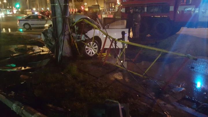 На улице Широтной иномарка влетела в столб: водитель погиб
