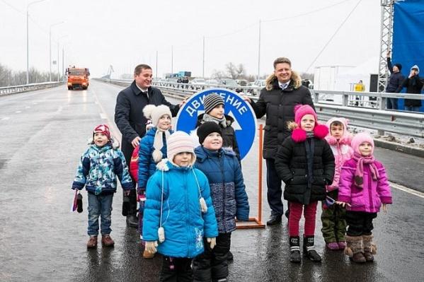 Открывающим мост министру и губернатору зачем-то понадобилась помощь детей
