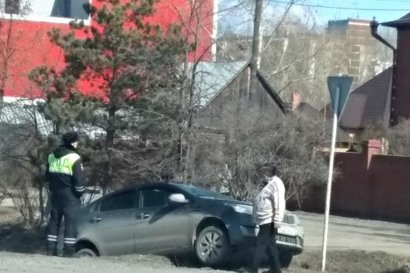 Серьёзных внешних повреждений у водителя иномарки нет. Детальный осмотр сейчас проводят доктора бригады скорой помощи