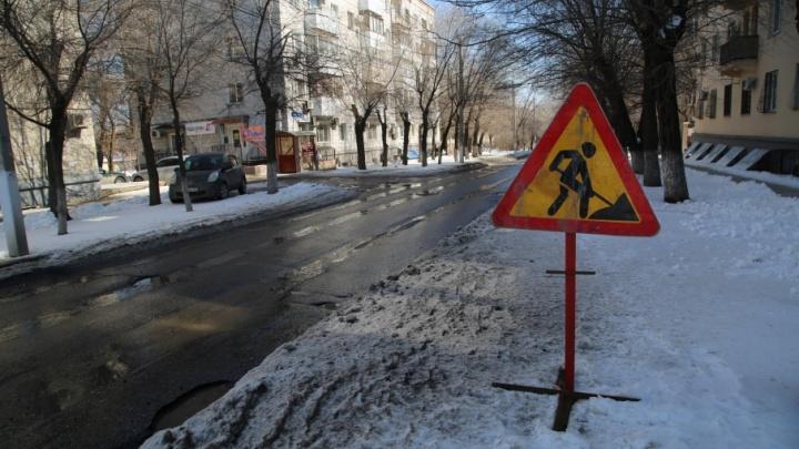 В Волгограде вокруг самых глубоких ям построили баррикады из знаков