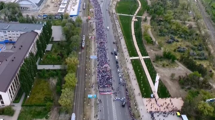 В Волгограде сняли с высоты шествие Бессмертного полка