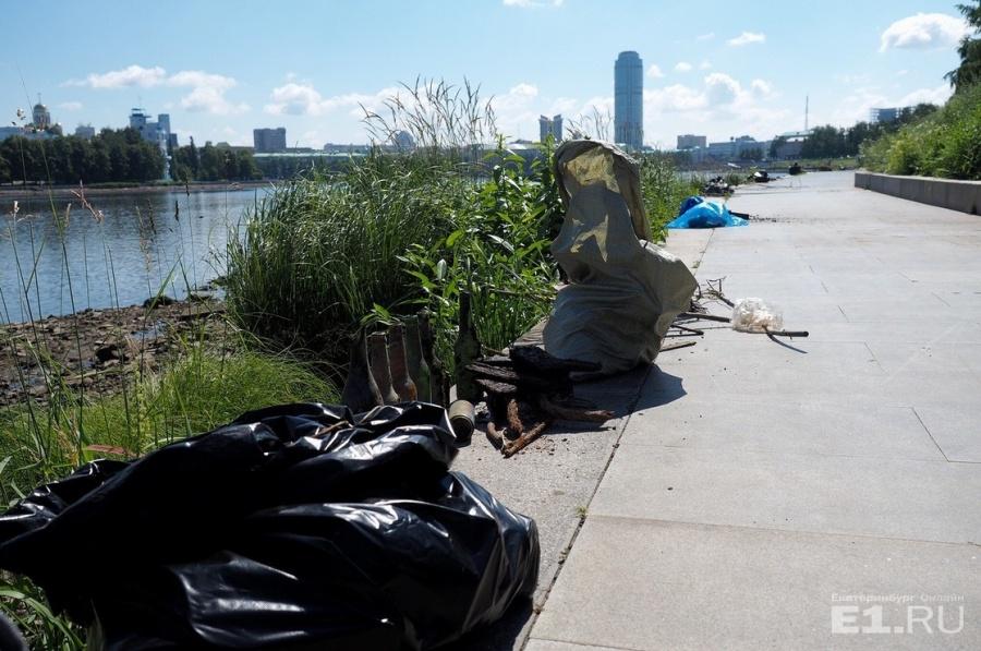 Люди собирали мусор вдоль всей акватории.