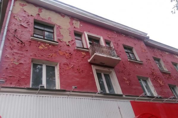 Облезлые фасады домов, по мнению жителей, позорят облик района
