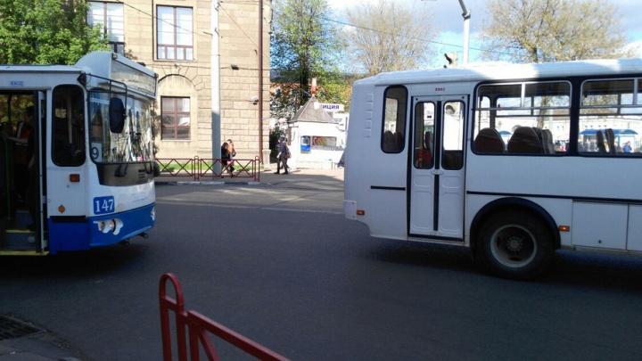 Авария троллейбуса с маршруткой собирает пробку в центре Ярославля
