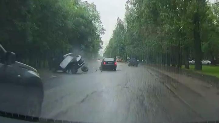 В ДТП на Тутаевском шоссе «Ниву» разорвало после столкновения с «Мерседесом»