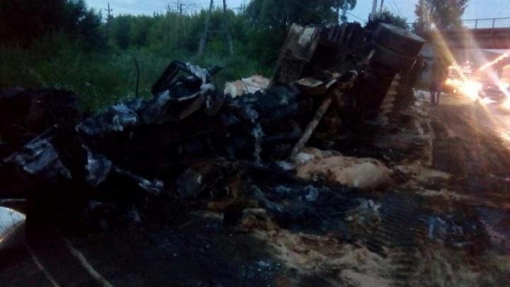 На М-5 в районе Жигулёвской ГЭС фура вспыхнула после ДТП с двумя грузовиками