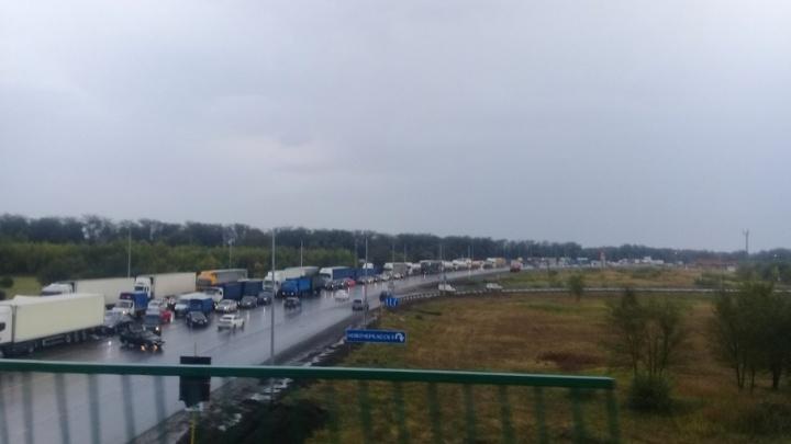 Под Ростовом КАМАЗ столкнулся с двумя легковыми автомобилями