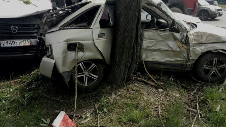 В центре Челябинска маршрутка впечатала в дерево ВАЗ, есть пострадавшие