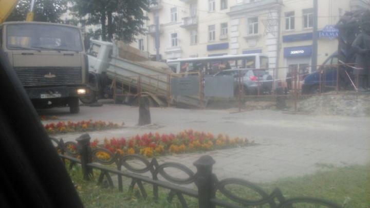 На проспекте Ленина в Ярославле грузовик провалился в яму