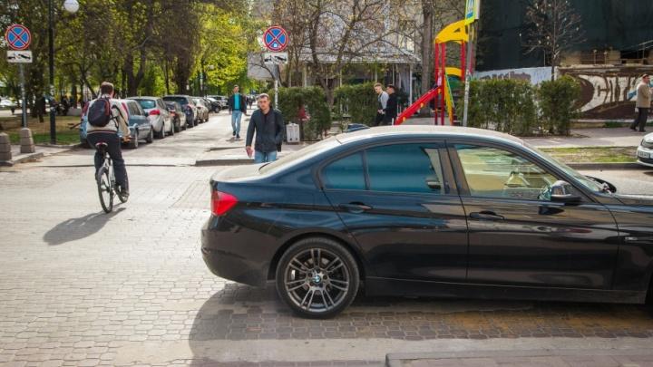 Я паркуюсь, как чудак: автомобили на ростовских тротуарах, «зебрах» и газонах