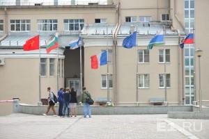 У консульства Франции приспущен флаг.