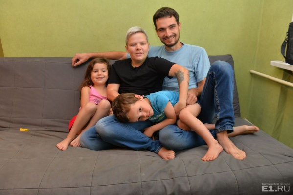У Савиновских двое своих детей и двое опекаемых. Ещё одна взрослая дочка Юлии живёт с её бывшим мужем.