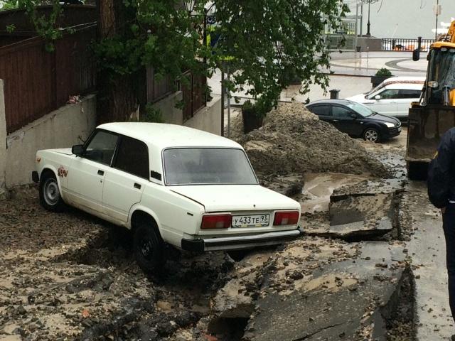 Потоки воды размыли дорогу на Семашко
