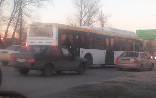 В центре Волгограда автобус «Питеравто» парализовал Вторую Продольную