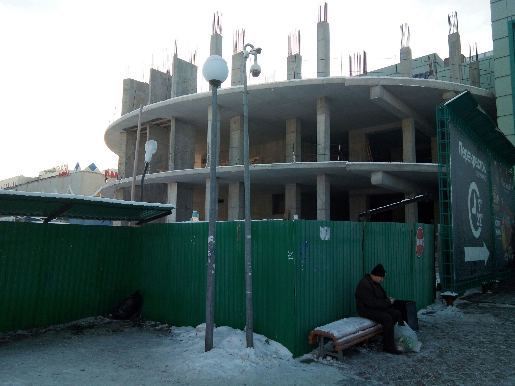 Пока место строительства огорожено