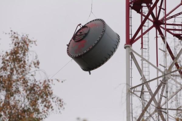 Антенну весом около 100 кг спустили с высоты 120 метров