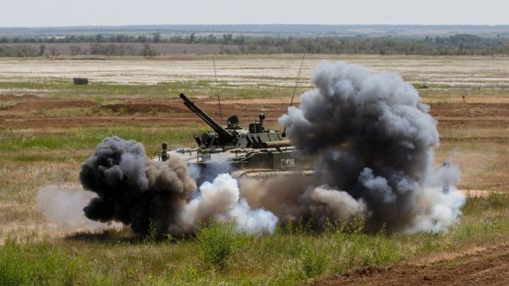 Военные изрешетили танки условного противника на полигоне под Волгоградом