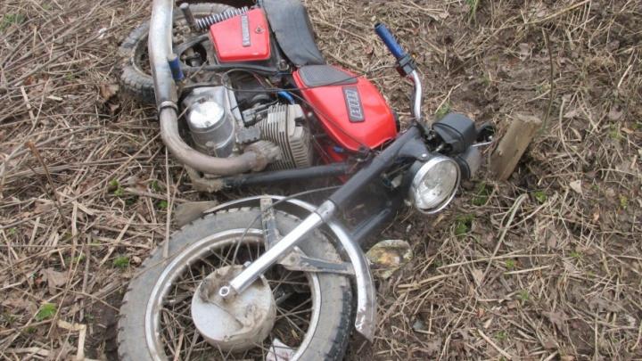 Мотоциклист без прав сбил бабушку и покалечил ребёнка под Ярославлем
