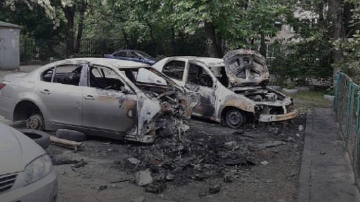 Две иномарки сожгли хулиганы в Ростове