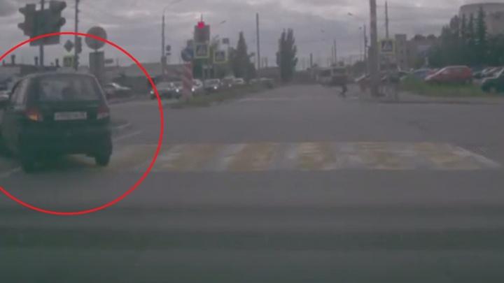 Наглый «Матиз» в Ярославле притворился пешеходом, нарушив все правила