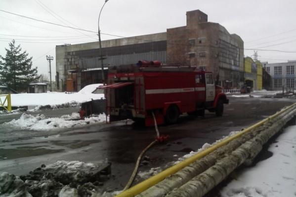 Загорелось здание на территории шинного завода