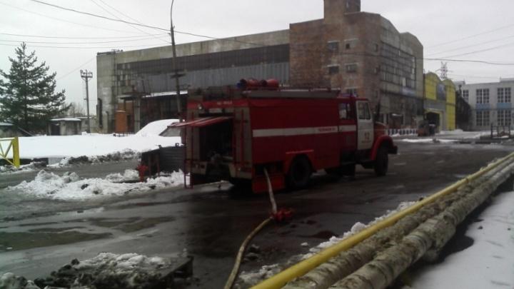 В Ярославле загорелось здание на территории шинного завода