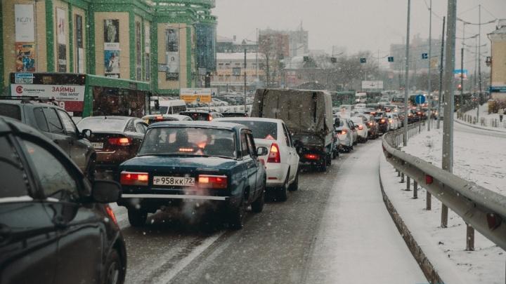 Восьмибалльные пробки, ДТП и отмена рейса: как тюменцы пережили внезапно обрушившийся снегопад