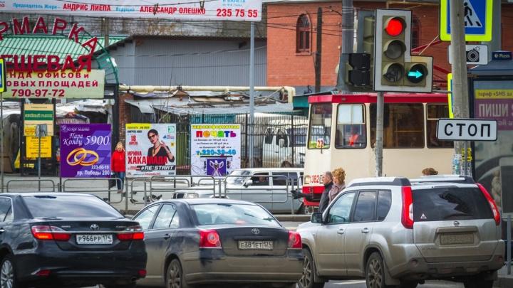 Движение трамваев в центре Челябинска остановилось из-за падения пассажирки