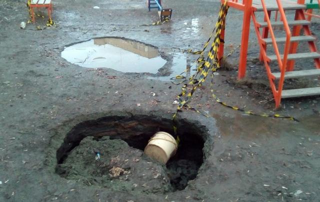 На детской площадке в челябинском дворе провалилась земля