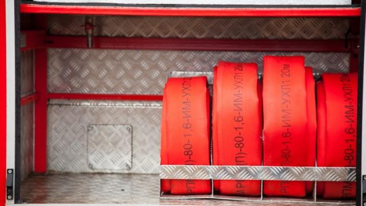 В Котласе минувшей ночью пятеро пожарных тушили загоревшийся «Ауди»
