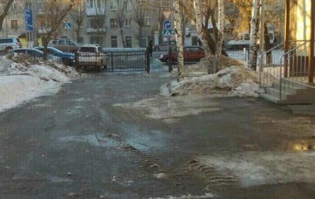 Обледеневший тротуар у школы на Червишевском тракте почистили и посыпали солью