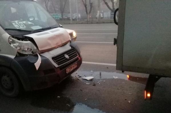 Водитель маршрутки не успел затормозить перед светофором